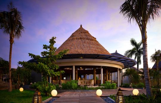 The Ritz-Carlton, Bali - Breezes Tapas Lounge at Dusk.png